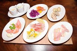 エビのカルパッチョや青のり風味の揚げパンなどが並ぶ小皿料理=レストラン「ラ・フォルケッタ」