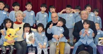 園児たちと交流する中尾さん(前列左から2人目)と福岡さん(同5人目)=23日、八街市