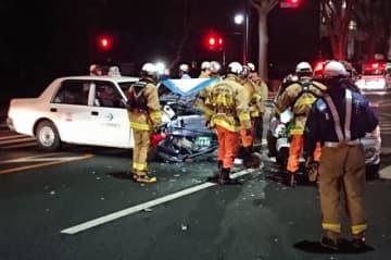 タクシーと乗用車が衝突した事故現場=23日午後10時15分、盛岡市内丸