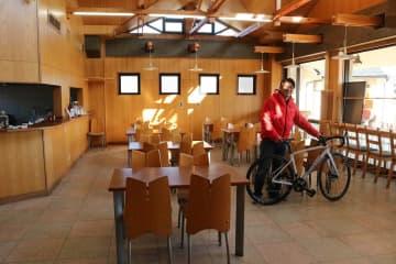 登山靴や自転車の貸し出しも予定している「YAMA CAFE」の店内=秦野市堀山下