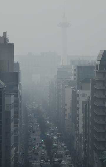 もやに覆われた京都市内。中央右奥は京都タワー(24日午前9時すぎ、京都市中京区のビル屋上から南を望む)