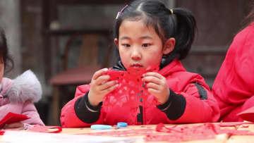 園児が小さな手で、大きな祝福の切り絵づくり 浙江省寧海県