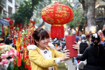 春節を迎えるベトナムの人々