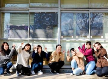 LEDでネコなどを表現した環太平洋大短期大学部の学生