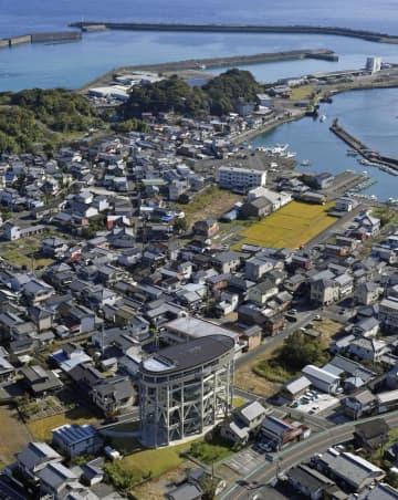 高知県黒潮町の津波避難タワー(下)=2019年11月(共同通信社ヘリから)