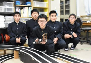 「ジャパンマイコンカーラリー2020全国大会」カメラ部門で優勝した木浦翔鵬さん(中央)と通信技術部部員ら