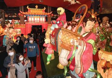 前夜祭が行われた「長崎ランタンフェスティバル」の会場を訪れた来場者ら。マスク姿の観光客が目立った=24日夕、長崎市