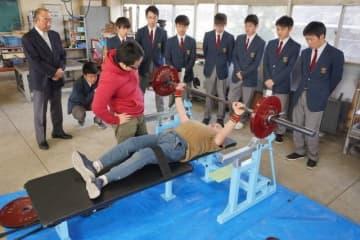 岡山工業高の生徒が製作したベンチプレス台