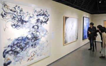 会場に並んだ日本画に見入る出展者たち(23日、京都市下京区・美術館「えき」KYOTO)