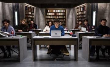 『9人の翻訳家 囚われたベストセラー』 (C)(2019) TRÉSOR FILMS – FRANCE 2 CINÉMA - MARS FILMS- WILD BUNCH – LES PRODUCTIONS DU TRÉSOR - ARTÉMIS PRODUCTIONS