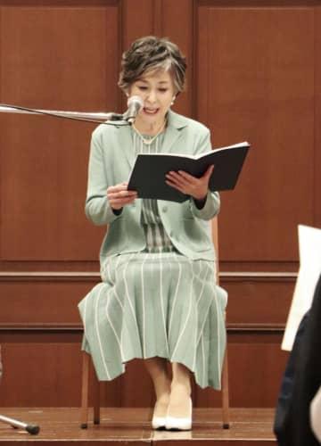 「詩の朗読と音楽の夕べ」で詩を朗読する竹下景子さん=24日午後、神戸市