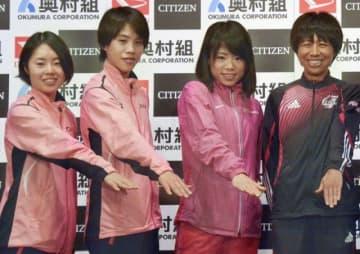 記者会見後、ポーズをとる(左から)谷本観月、小原怜、松田瑞生、福士加代子ら=24日、大阪市