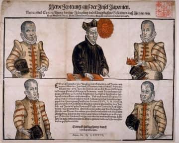 ※1586年にドイツのアウグスブルグで印刷された天正遣欧使節の肖像画。タイトルには「日本島からのニュース」と書かれている。右上・伊東、右下・千々石、左上・中浦、左下・原。中央・メスキータ神父