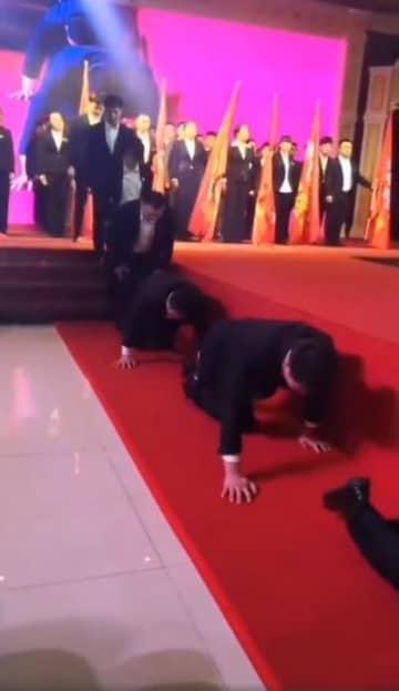 業績の悪い従業員を地面に這わせて…中国メディアが企業の忘年会に苦言