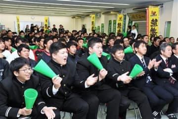 正代関の取り組みを観戦しながら声援を送った母校熊本農高の生徒=熊本市南区の同校