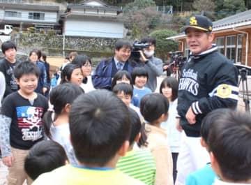 小野小の児童と交流する工藤公康監督=24日、日田市小野小