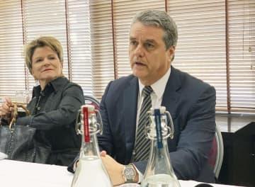 WTOの非公式閣僚会合を終え、記者会見するアゼベド事務局長(右)=24日、スイス東部ダボス(共同)