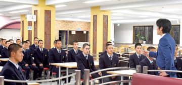 河野監督(右)の話を聞く西武台の選手たち=24日午後、西武台高校