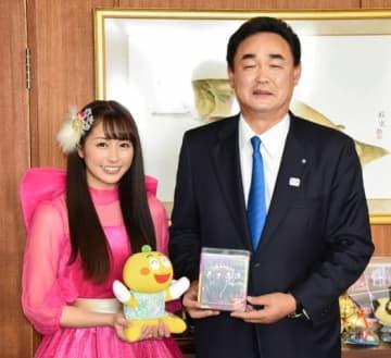 松本町長と懇談した佐々木さん(左)