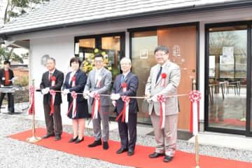 【テープカットをしてオープンを祝う遠藤代表(中央)と関係者ら=玉城町佐田の「七十二候」で】