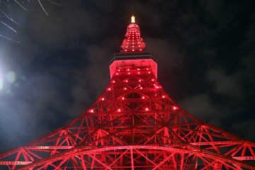 右も左も中国語… 1日限りの「レッドライトアップ」で東京タワーが中国に