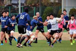 開幕3連勝に向け、練習で激しくボールを奪い合う神戸製鋼の選手ら=神戸市東灘区、神鋼灘浜グラウンド