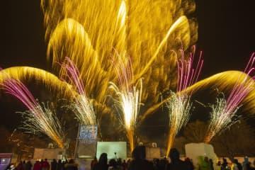 銀世界を彩り、来場者を魅了した打ち上げ花火=24日午後8時10分ごろ、十和田湖畔休屋地区