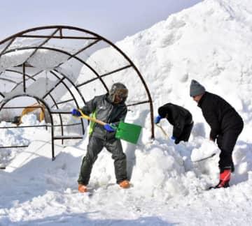 雪像作りに励む制作スタッフ