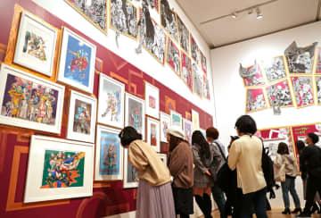荒木飛呂彦さんの色鮮やかな原画に見入る「プレビューデイ」の来場者=長崎市、県美術館