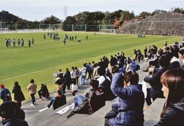 横浜FCのキャンプ期間中、プロ選手を一目見ようと多くの見物人が訪れた(上富田スポーツセンターで)