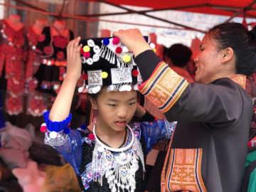 民族衣装を新調して春節を迎える 雲南省麻栗坡県