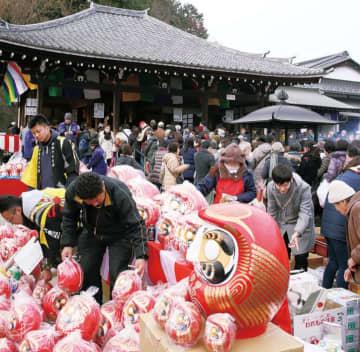 川崎の麻生不動院で伝統行事「だるま市」参道に多くの屋台並ぶ【1月28日】