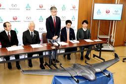 ドローンを使った物資輸送で連携協定を結んだ養父市と日本航空などの関係者たち=養父市役所