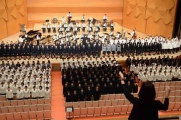 「私のたからもの」を合唱する高校生ら