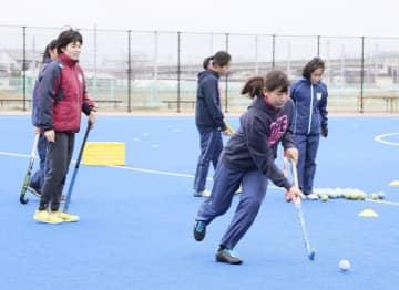 南都銀行の選手(左)のアドバイスを受けながらドリブルの練習をする参加者=25日、松前町鶴吉