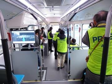 羽田空港の制限区域内を自動走行する報道陣を乗せたバスの車内