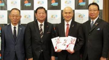 寄付の目録を手にする武久市長(右から2人目)と民放3社の社長