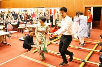 ステージで繰り広げられたベトナムのバンブーダンス