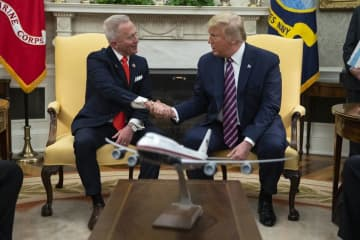 U.S. Rep. Jeff Van Drew (left) meets with President Donald Trump (right) at the White House in Washington, D.C., in December. (Evan Vucci/)
