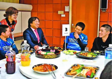 里崎さん(左から3人目)らと歓談するフィムン高校の野球部員(右端)=鳴門市撫養町南浜のうずしお会館
