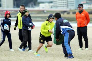 元社会人ラグビー選手らから指導を受け、練習に励む「広島ドルフィンズ」のメンバー