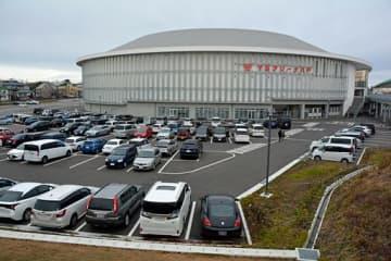 八戸市の屋内スケート場。冬季国体の来場について、市は公共交通機関の利用を呼び掛けている