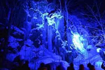 ライトアップされた馬門岩。神秘的な自然美が観光客を魅了した=25日午後7時40分