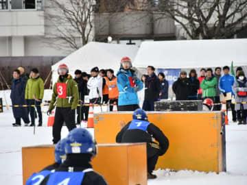 雪上で激しい攻防を繰り広げる選手たち