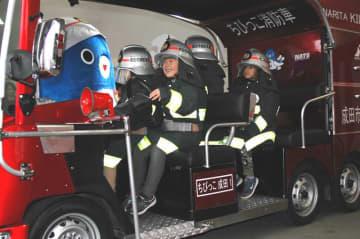 新しい「ちびっこ消防車」に乗り込む赤坂保育園児=成田市の赤坂消防署