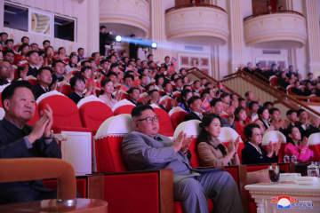 25日、平壌で旧正月の記念公演を鑑賞する金正恩朝鮮労働党委員長ら。最前列右から2人目が叔母の金慶喜氏(朝鮮中央通信=共同)
