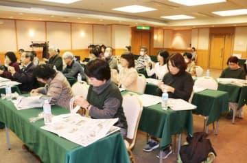 新聞紙を使ったワークショップに取り組む参加者