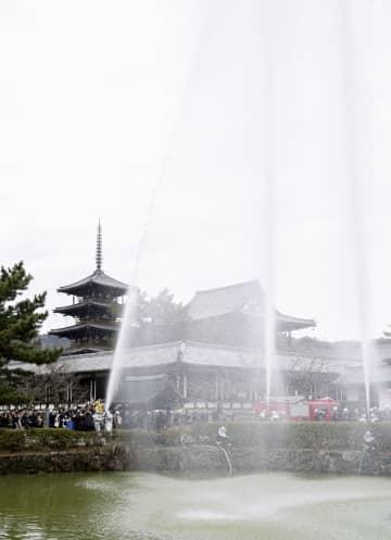 世界遺産・法隆寺で行われた消防訓練=26日、奈良県斑鳩町