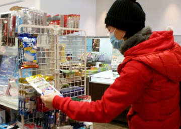 新型コロナウイルス感染防止のため花巻空港の売店で日本製マスクを買い求める中国人。中国ではマスクが手に入らない状態という