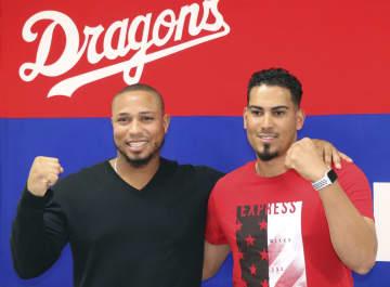記者会見でポーズをとる中日新外国人選手のゴンサレス(右)とシエラ=26日、ナゴヤ球場